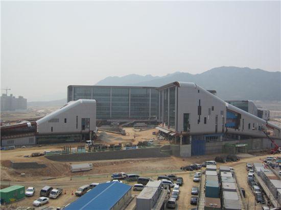 충남 예산군과 홍성군에 걸친 내포신도시에 짓는 충청남도청사 새 청사공사 모습. 30일까지 공정률 81%를 나타냈다.