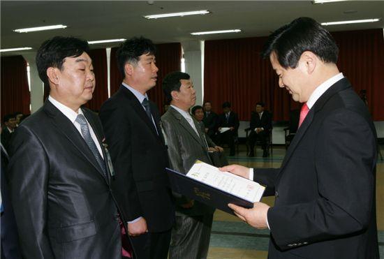 최창식 서울 중구청장이 30일 오전 홍준수 주임에게 표창장을 주고 있다.