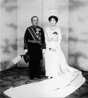 1920년 4월 28일 이은과 이방자의 결혼 기념사진. 이은은 일본 육군 중위의 예복 정장을 입고 이방자는 서양식 대례복을 입었다. 일본식도 조선식도 아닌 서양식 예복을 착용하게 한 것은 조선인들의 반발을 감안한 조치였다.