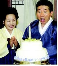 2004년 9월 7일 생일 만찬. 초가 하나뿐인데도 숨을 크게 들이마시며 장난스럽게 촛불을 끄고 있다.