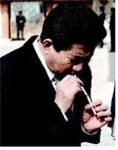 2007년 11월24일 해인사 방문 후 휴식 공간으로 나와 비서의 담배를 피우고 있다가 옆에 있던 수행원이 다른 담배를 권하니 이내 받아들고 담뱃불을 이어 불을 붙이고 있다.