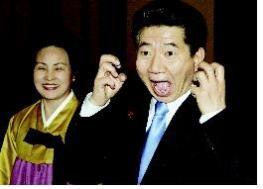 2004년 1월 23일 전임대통령 만찬장에서 기자들을 위해 입을 크게 벌리고 포즈를 취하고 있다.