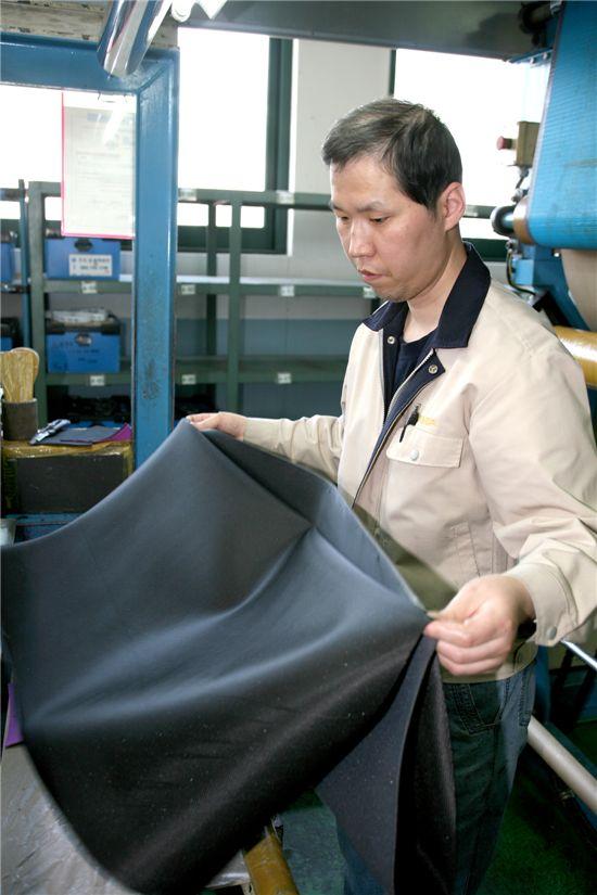 정성욱 사원이 태광실업에서 근무하는 모습.