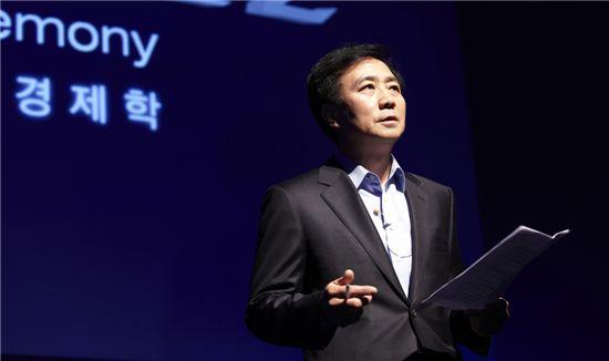 박병엽 팬택 부회장은 3일 '베가레이서2' 발표회에서 팬택(스카이)의 경쟁상대는 애플, 삼성전자임을 분명히 했다. '베가레이서' 이상의 판매량을 달성, 베가레이서2를 통해 국내 스마트폰 2위 자리를 유지한다는 방침이다.