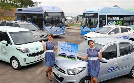 현대·기아차는 12일부터 개최되는 여수엑스포에서 국내 친환경 기술을 널리 알리고자 투싼ix/모하비 수소연료전지차, 레이 EV/블루온 전기차, 연료전지버스, CNG 하이브리드버스 등 총 51대의 친환경 차량을 운행한다.