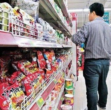▲ 중국의 한 슈퍼마켓에서 판매되고 있는 개고기라면(왼쪽 아래, 출처: 흑룡강신문)