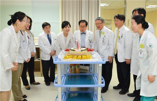 지난 4일 건양대병원 암병동 개설을 기념해 김희수 건양대 총장(오른쪽에서 여섯번째) 등 의료진이 축하케이크 불을 끄고 있다.