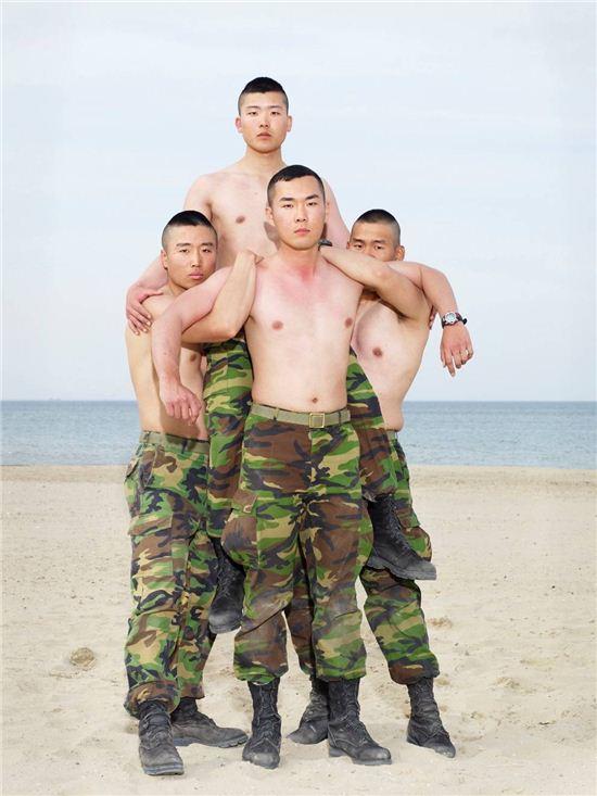 <기마전을 앞둔 군인, 2010년 5월>2010, Pigments on fine art paper, 127x100cm