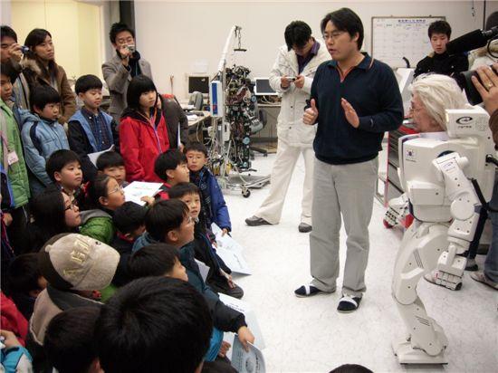 KAIST의 인공지능로봇 휴보를 만나는 캠프참가 학생들. 박사의 설명에 호기심이 가득한 표정이다.
