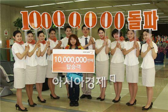 제주항공 누적 탑승객 1000만 번 째 탑승의 행운을 차지한 하네다 아이코씨가 승무원들과 함께 기념 촬영을 하고 있다.