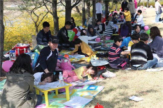 지난해 개최된 유림공원 사생대회에서 참가한 어린이들이 공원내에 활짝 핀 봄꽃을 그리며 솜씨를 뽐내고 있다.