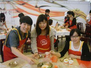 베이징대에서 열린 한국요리교실에서 베이징대 학생들이 비빔밥을 만들어 선보이고 있다