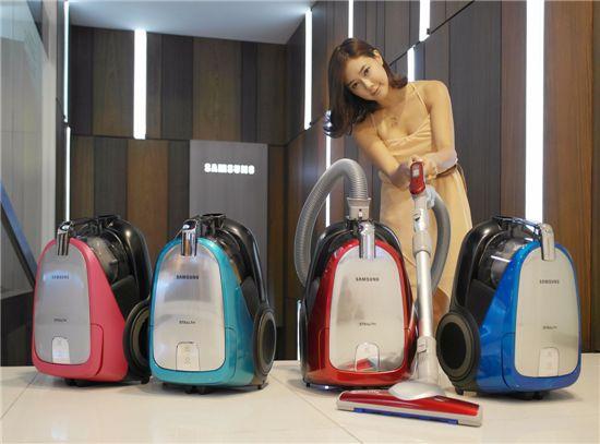 삼성전자가 다양한 브러쉬로 맞춤형 청소를 할 수 있는 신제품 진공 청소기를 선보였다. 사진은 논현동 삼성 솔루션전시장에서 삼성전자 모델이 신제품 진공 청소기를 소개하는 모습.