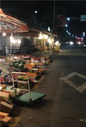 서울 영등포 청과시장의 전경. 이른 저녁이지만 찾는 손님들이 없어 적막감이 흐른다.