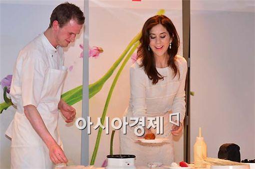 [포토] 쿠킹쇼 참석한 매리 왕세자비