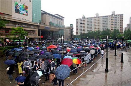 왕십리 민자역사 앞에 늘어선 디이블로3 팬들(출처 : 블리자드)
