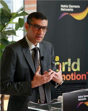 """라지브 수리 노키아지멘스네트웍스 회장이 16일 기자간담회에서 자사 LTE 전략 등을 소개하고 있다. 수리 회장은 """"스마트 한국 자체가 스마트랩""""이라고 강조했다."""