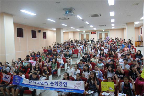 14일 서울 언주초등학교에서 열린 인터넷 윤리 순회강연에서 학생들이 '매월 말일은 악플 지우는 날'을 외치고 있다.