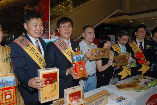 안희정(왼쪽에서 두 번째) 충남도지사가 18일 홍콩 리갈(REGAL)호텔에서 열린 '충남 인삼 우수성 홍보·설명회'에서 금산인삼제품을 홍보하고 있다.