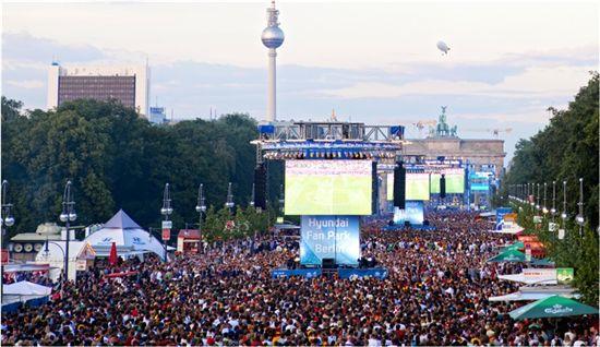 지난 6월28일(현지시간) 열린 독일과 이탈리아의 4강전 당시 독일 베를린에서 진행된 '현대 팬 파크' 거리 응원전을 가득 메운 관중들의 모습.