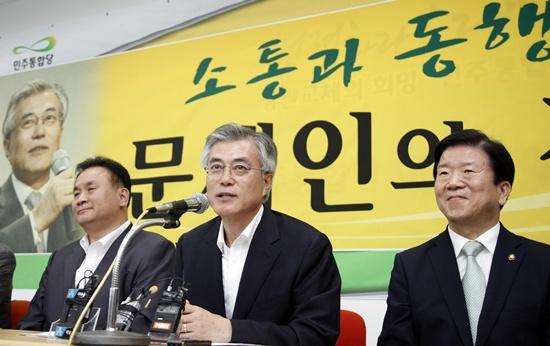 1일 오후 대전시당에서 기자회견을 하고 있는 문재인 민주통합당 고문. 이 자리엔 이상민 대전시당위원장(왼족)과 박병석 의원이 함께 했다.