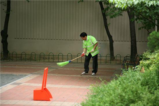 이성 구로구청장이 거리 청소를 하고 있다.