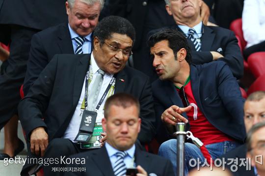 포르투갈의 축구 영웅 에우제비오(왼쪽 가운데)가 루이스 피구(오른쪽)와 대화를 나누고 있다.[사진=Getty images/멀티비츠]