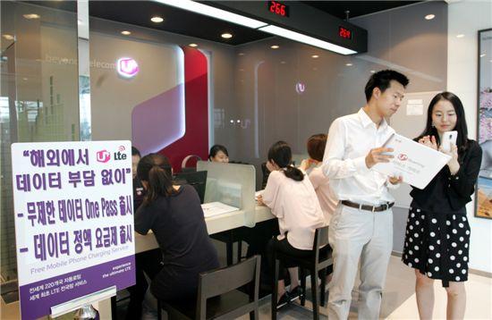 사진은 해외 여행객이 데이터 로밍을 이용하기 위해 인천국제공항 로밍센터에서 관련 요금제에 대해 설명을 듣고 있는 모습.