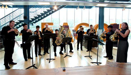 지난 1일, 인천 이건 본사에서 베를린 필하모닉 브라스 앙상블과 시각장애학교인 인천 혜광학교 학생들이 함께 곡을 연주하고 있다.