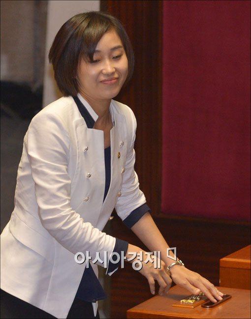 [포토] 투표하는 김재연 의원