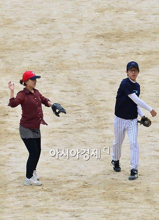 [포토] 야구에 매료된 여학생