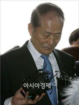 [포토] 고개숙인 이상득 전 의원