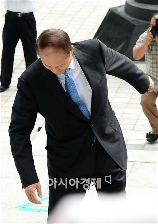 [포토] 넘어질뻔한 이상득 전 의원