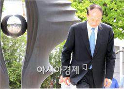 [포토] 고개 들지 못하는 이상득 전 의원