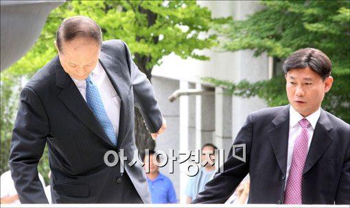 [포토] 휘청이는 이상득 전 의원