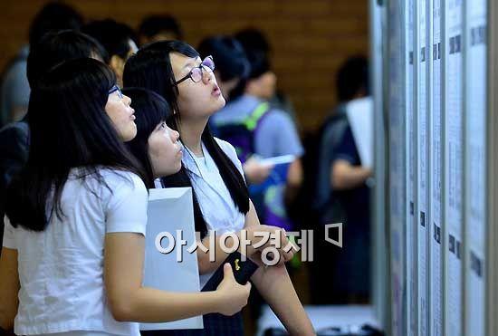 [포토] 구직게시판 살펴보는 학생들