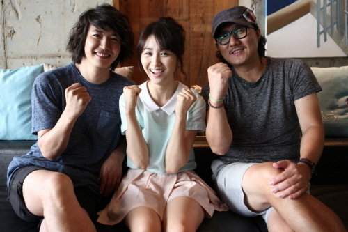 """Actor Yoon Sang-hyun (left), actress Park Ha-sun (center) and director Kim Jin-yeong (right) on the set of """"Tone-deaf Clinic"""" (translated title). [Lotte Entertainment]"""