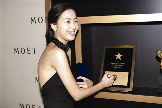 """Actress Kim Go-eun of 2012 film """"Eungyo"""" receives the Moet & Chandon Rising Star Awards during the awards ceremony co-hosted by Jecheon International Music and Film Festival and Moet Chandon in Jecheon, South Korea on August 10, 2012. [Lee Jin-hyuk/10Asia]"""