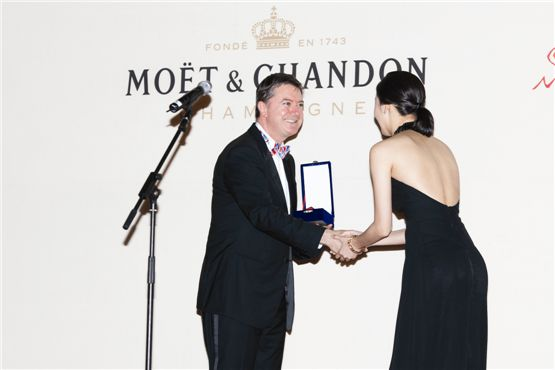 """Actress Kim Go-eun of 2012 film """"Eungyo"""" is handed the Moet & Chandon Rising Star award from MH Champagnes & Wines Korea president Jonathan Loney during the awards ceremony in Jecheon, South Korea on August 10, 2012. [Lee Jin-hyuk/10Asia]"""