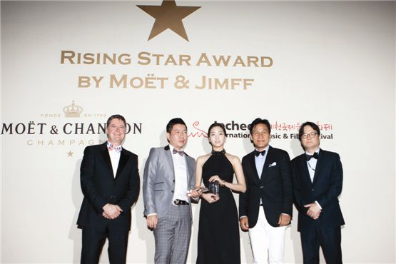 "MH Champagnes & Wines president Jonathan Loney (left), director Lee Sang-woo of 2012 film ""Barbie"" (second to left), actress Kim Go-eun of 2012 film ""Eungyo"" (center), actor Ahn Sung-ki (second to right) and JIMFF chief Oh Dong-jin (right) pose together at the Moet & Chandon Rising Star Awards held in Jecheon, South Korea on August 10, 2012. [Lee Jin-hyuk/10Asia]"