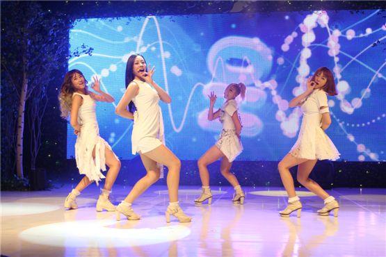 PHOTO] New girl group Skarf perform at debut showcase