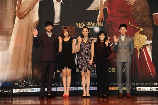 """Actor Ju Ji-hoon (left), T-ara's Hahm Eunjung (second to left), actress Chae Si-ra (center), Jeon Mi-seon (second to right) and actor Ji Chang-wook (right) wave their hands at the press conference for SBS' new TV series """"Five Fingers"""" held at Lotte Hotel in Seoul, South Korea, on August 16."""
