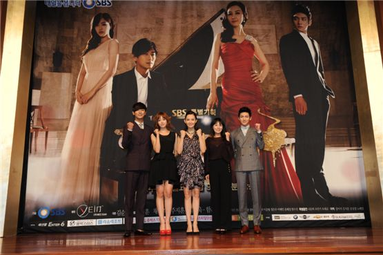 """Actor Ju Ji-hoon (left), T-ara's Hahm Eunjung (second to left), actress Chae Si-ra (center), Jeon Mi-seon (second to right) and actor Ji Chang-wook (right) clench their fists at the press conference for SBS' new TV series """"Five Fingers"""" held at Lotte Hotel in Seoul, South Korea, on August 16."""