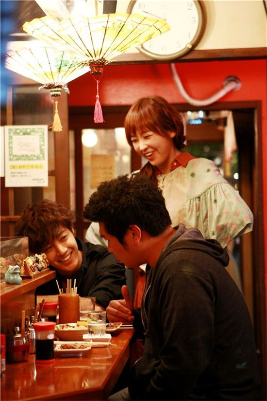 """""""City Conquest"""" cast Kim Hyun-joong (left), Park Hyo-joon (middle), Jung Yu-mi (right) chat with one another in location in Japan for their drama. [Media Baek]"""