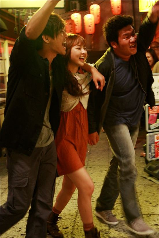 """""""City Conquest"""" cast Kim Hyun-joong (left), Jung Yu-mi (middle), Park Hyo-joon (right) walk on the street with their arms around each other's shoulder on the streets of Japan for their drama. [Media Baek]"""