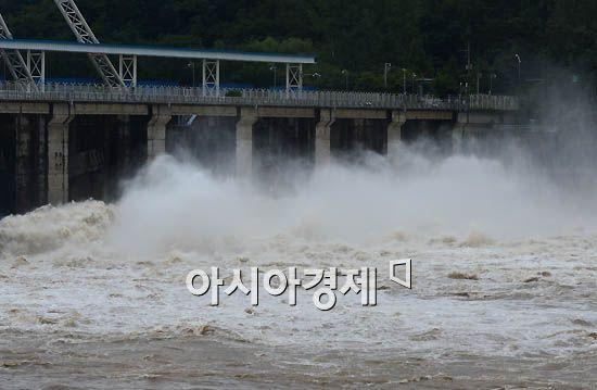 [포토]팔당댐의 거친 물보라