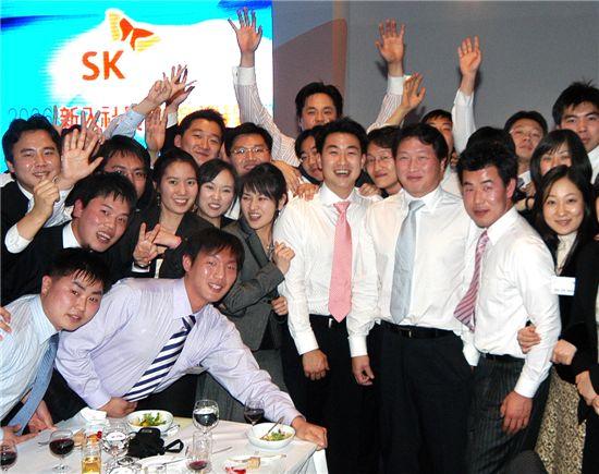 최태원 SK그룹 회장이 신입사원들과 대화하는 모습.