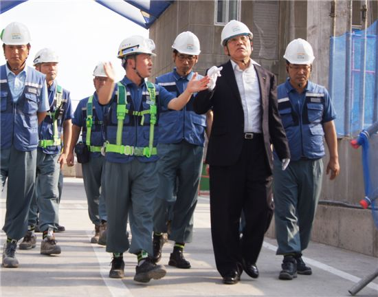 지난 21일 정동화 포스코건설 부회장(오른쪽 두번째)은 대구 '이시아폴리스 더샵' 건설현장을 찾아 윤리교육과 안전점검을 실시했다.