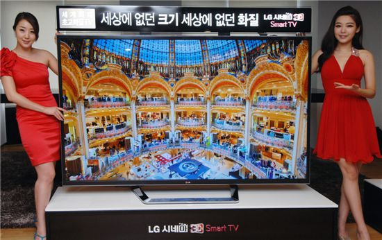 LG전자가 세계 최대 84형 초고해상도 UD(Ultra Definition) TV(모델명: 84LM9600)를 이번 주말 국내 시장에 출시한다. 모델들이 22일 여의도 LG트윈타워에서 열린 '84인치 UD TV 국내출시 미디어 브리핑'에서 84인치 초고해상도 UD TV를 소개하고 있다.