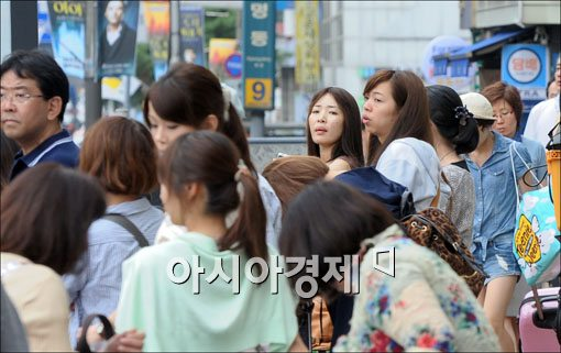 민방위 훈련이 시행된 22일 서울 중구 명동에서 공항버스를 기다리던 일본인 관광객들이 차량들이 갑작스레 운행을 중단하자 깜짝 놀라 주위를 두리번거리고 있다.